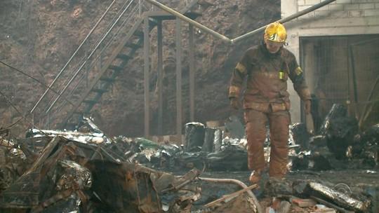 Passa de 30 horas incêndio que consome empresa de Erechim