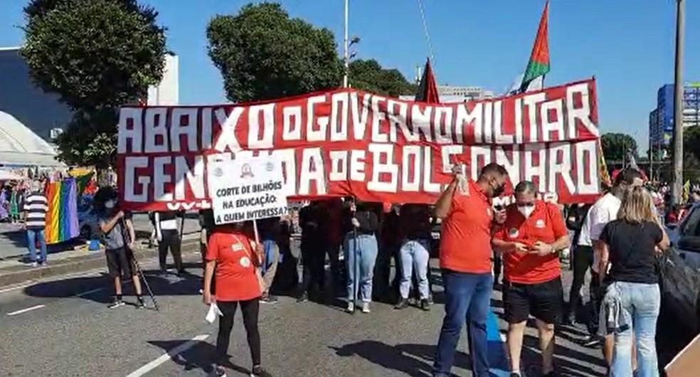 Manifestantes protestam no Centro do Rio contra o governo Bolsonaro — Foto: Jefferson Monteiro/TV Globo