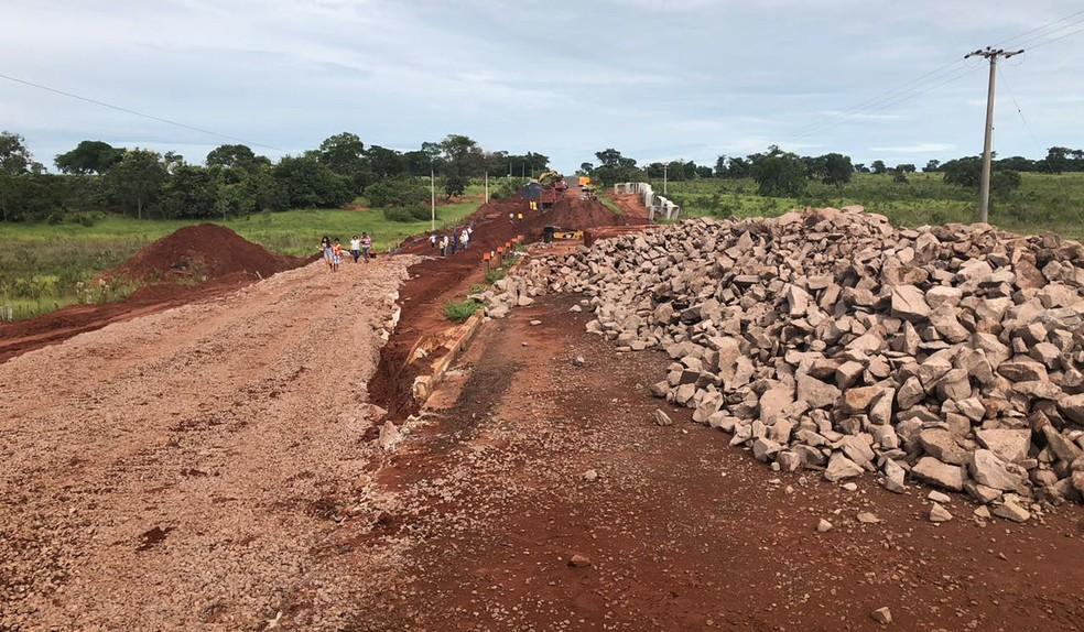 Desvio emergencial de 1 km na MS-338 feito após rompimento das galerias de água (Foto: Agesul/Divulgação)