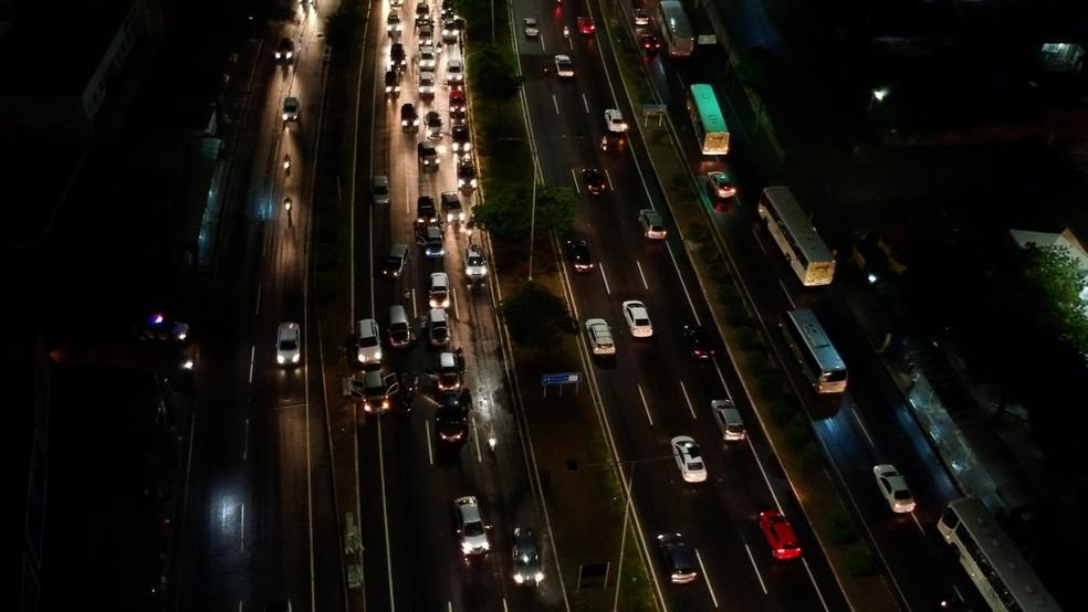 Motoristas bloquearam duas faixas da BR-101, em Natal, contra alta dos combustíveis — Foto: Reprodução/Inter TV Cabugi