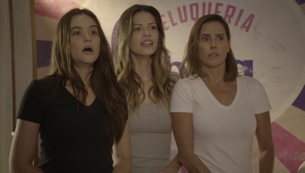 Luna (Juliana Paiva), Kyra (Vitória Strada) e Alexia (Deborah Secco) se assustam ao saber que a cabeleireira delas é cega! — Foto: Globo
