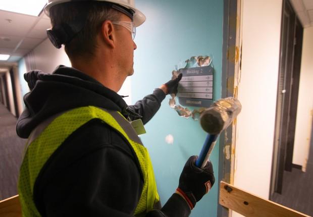 Funcionário ajuda a demolir o Edifício 2 (Foto: Divulgação/Microsoft)
