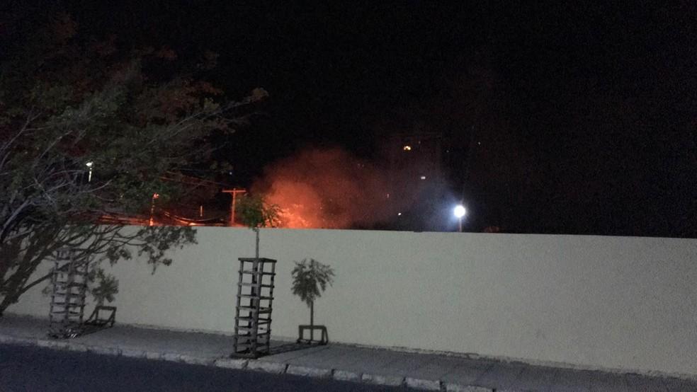 Incêndio  assustou moradores que moram próximo a Escola Otácílio Nunes — Foto: Reprodução/ Redes Sociais