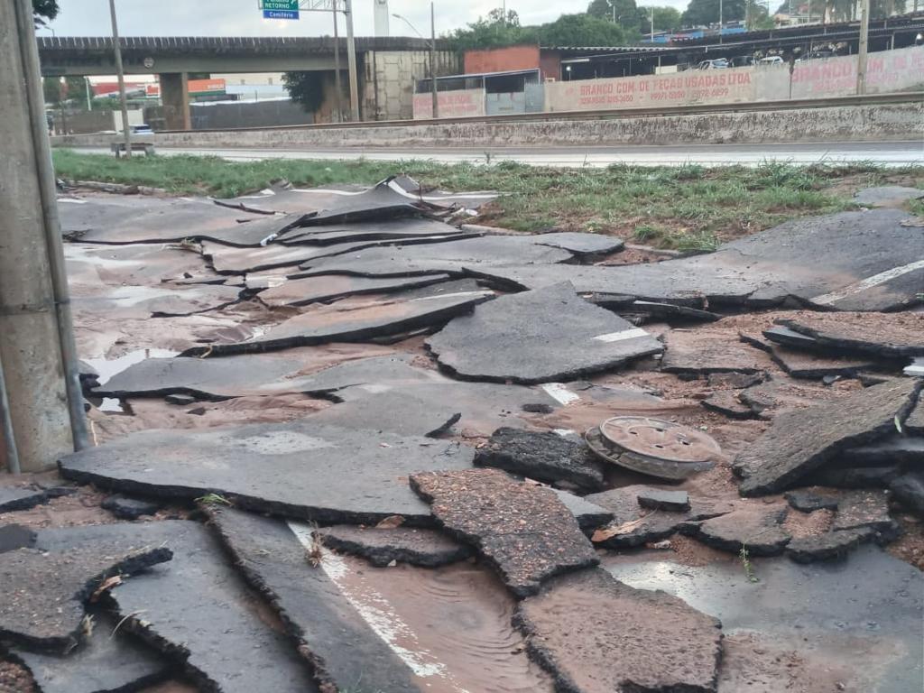 Chuva em Uberlândia teve ventos de mais de 70km/h e gerou estragos em asfaltos, alagamentos queda de árvores e choque em criança; veja vídeos e  fotos