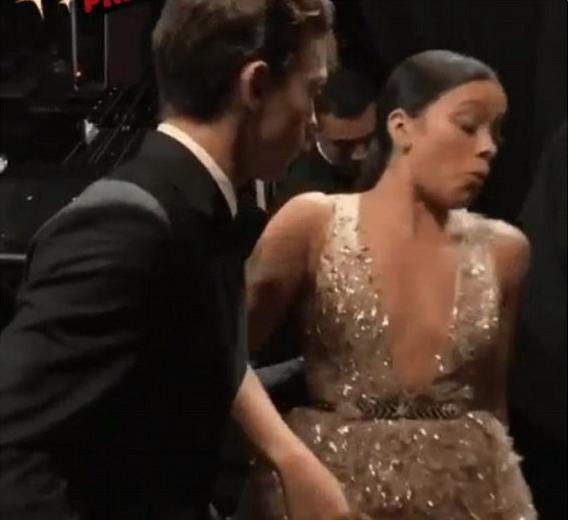 O ator Tom Holland salvando a atriz Gina Rodriguez de uma queda durante o Oscar 2018 (Foto: Reprodução)
