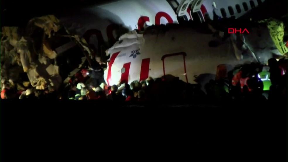Fuselagem de avião ficou partida em aeroporto de Istambul, na Turquia — Foto: Reprodução/ Globonews