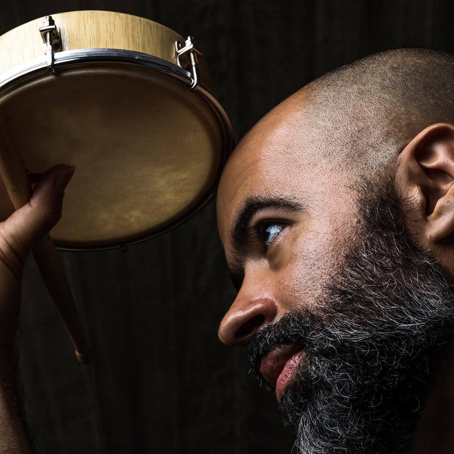 Rodrigo Campos lança 'Atraco', segundo disco de série de singles duplos