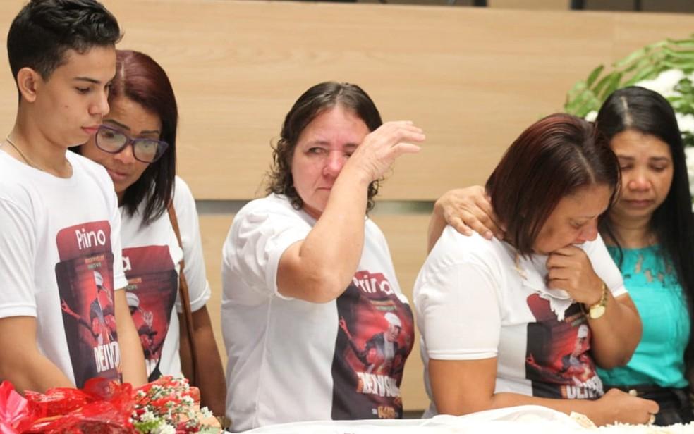 Família de Deivison Kellrs, vocalista da banda Torpedo, se despede do artista durante velório na Câmara Municipal do Recife, nesta segunda-feira (20) (Foto: Marlon Costa/Pernambuco Press)