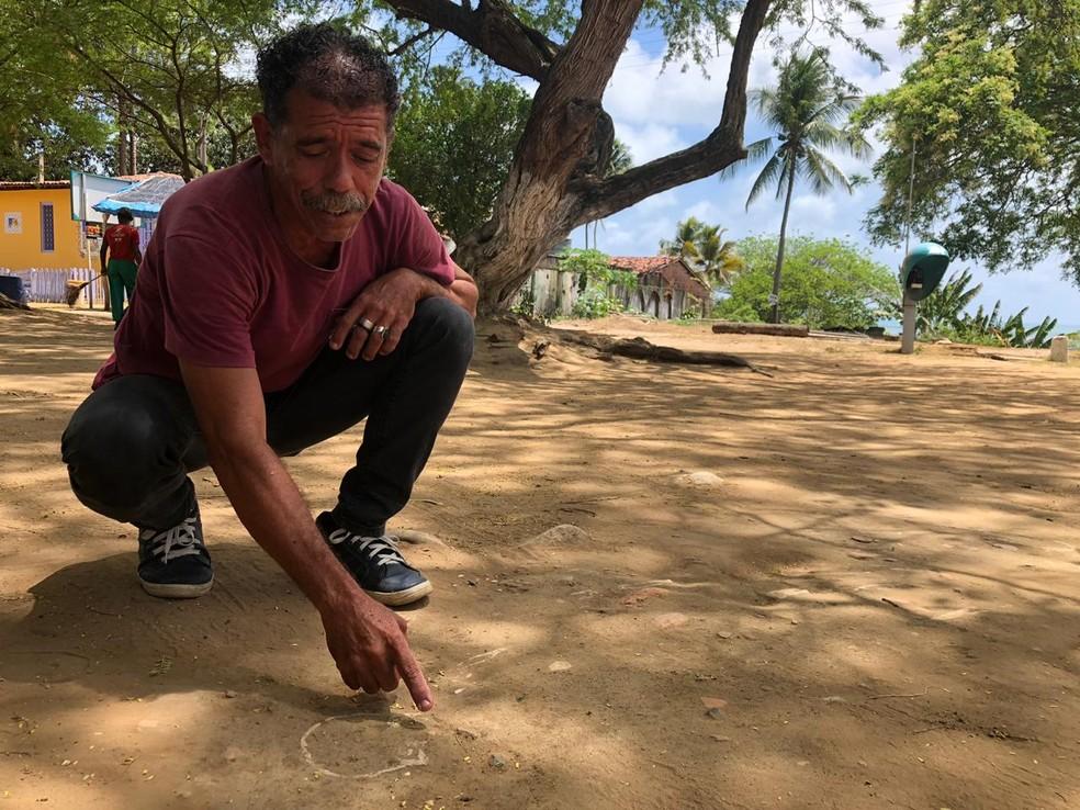 Diretor de cultura de Itamaracá, Nivaldo Gomes afirma aguardar orientações do Iphan para isolar área em que ossos foram encontrados — Foto: Marina Meireles/G1