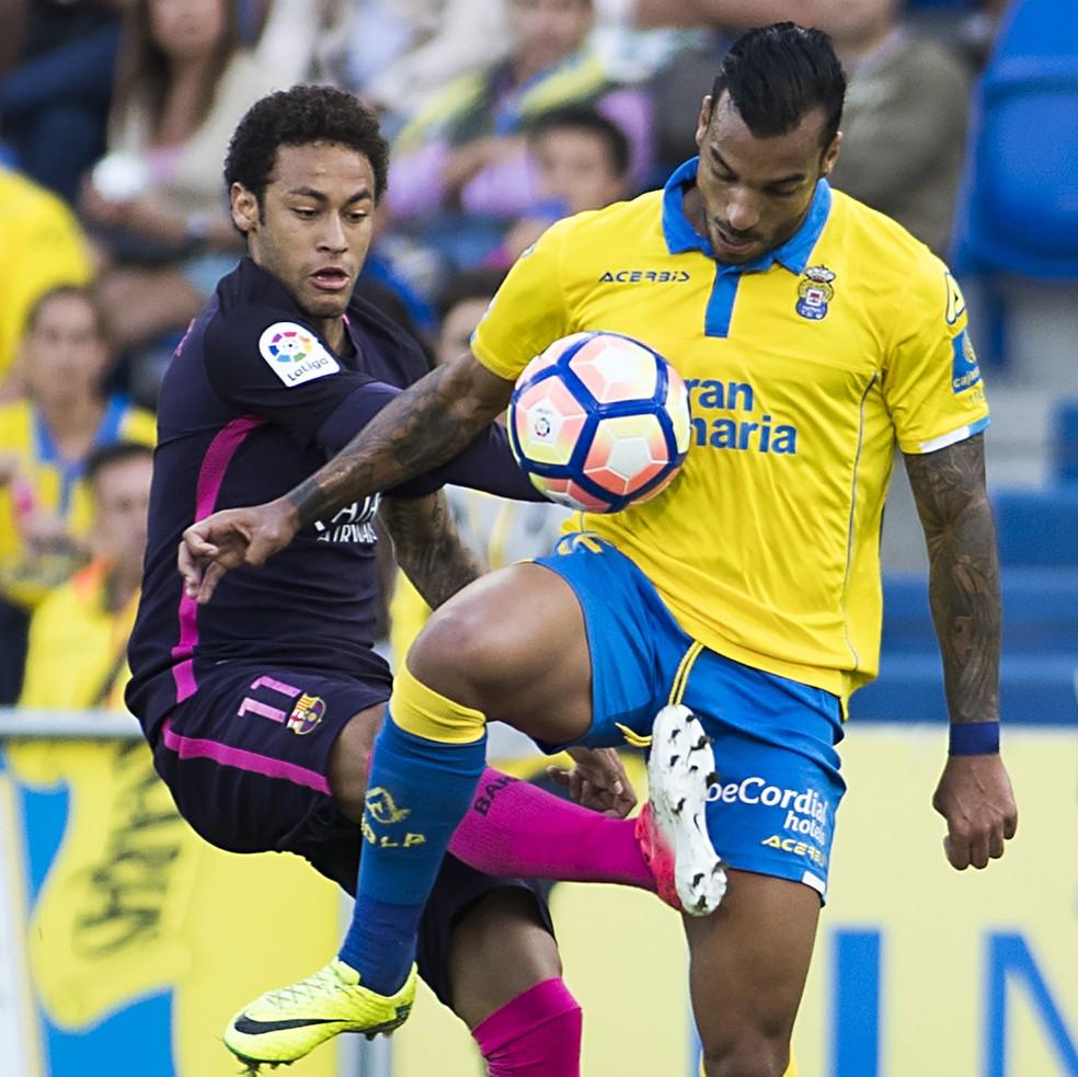 Michel Macedo, pelo Las Palmas, na marcação de Neymar, ainda pelo Barcelona (Foto: Jaime Reina/AFP)