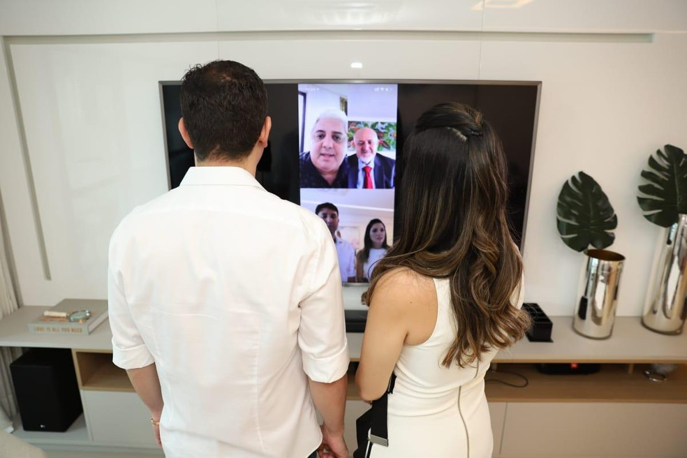 Casamento dos recifenses Marília Morato e Renan Nóbrega foi feito por videoconferência devido à pandemia da Covid-19 — Foto: Luiz Fabiano/Divulgação