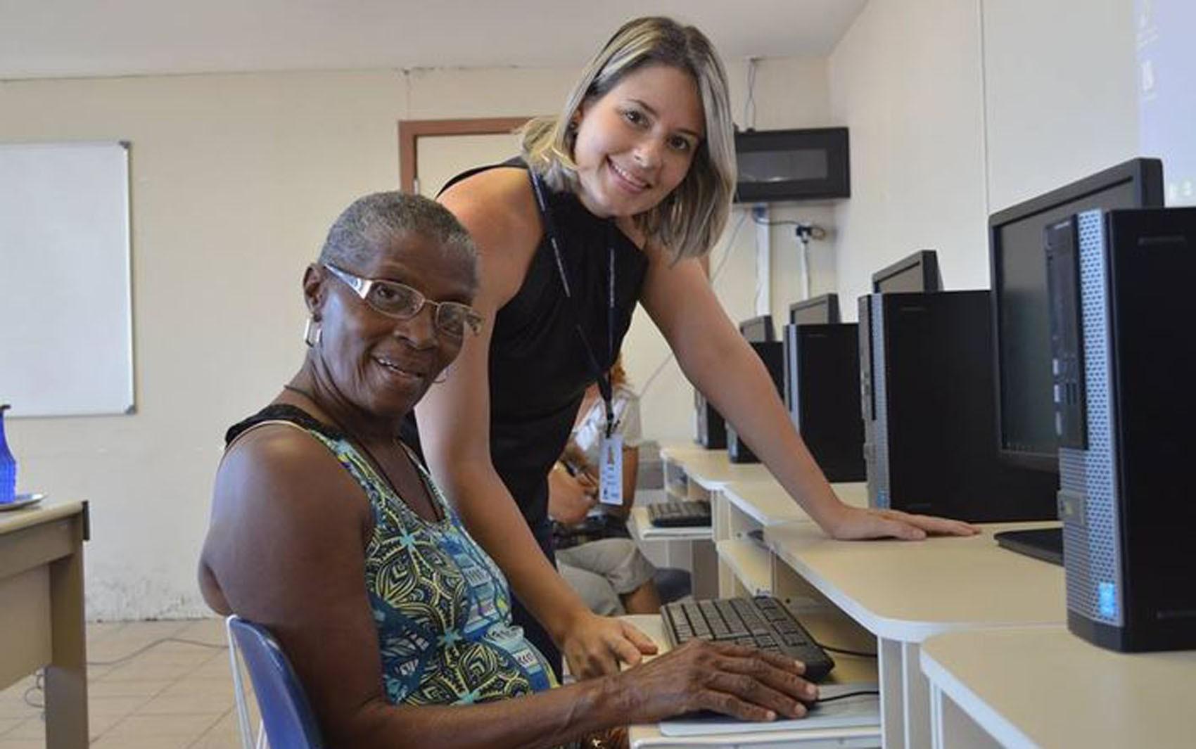 Biblioteca oferece oficina de informática para idosos em Salvador