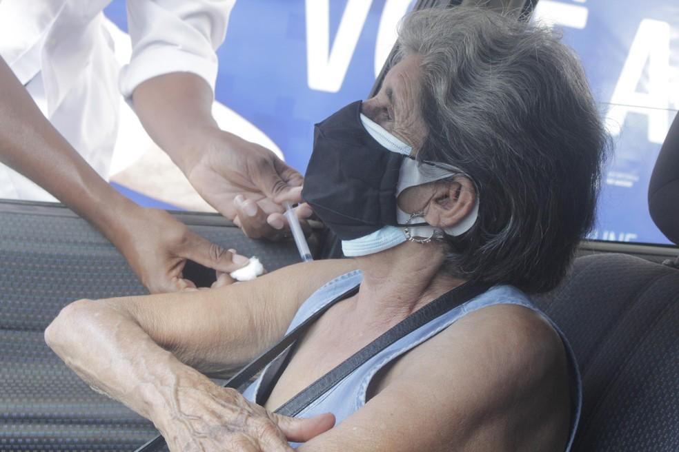 Vacinação contra Covid-19 no Parque Francisco Rizzo, em Embu das Artes, na Grande SP  — Foto: Everaldo Silva/Futura Press/Estadão Conteúdo