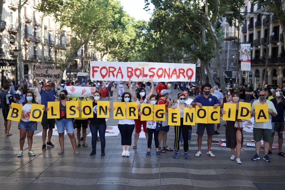 Brasileiros protestam contra Jair Bolsonaro em Barcelona — Foto: Nacho Doce/Reuters