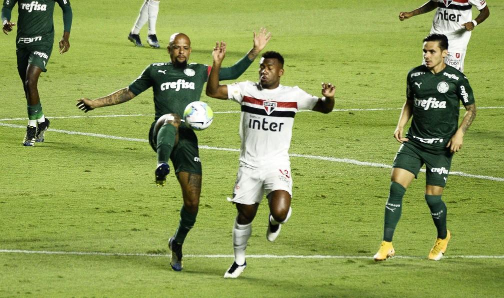Felipe Melo, do Palmeiras, e Luan, do São Paulo, disputam bola em clássico no Morumbi — Foto: Marcos Ribolli