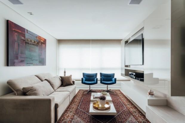 Apartamento de 70 m² aposta em tons claros para ganhar fluidez