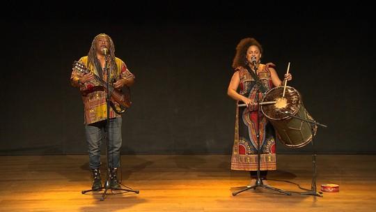 Pai e filha, Maurício Tizumba e Júlia Dias se encontram no palco