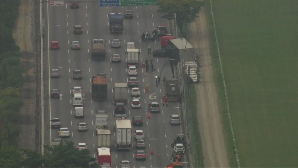 Caminhão tomba na Marginal Pinheiros — Foto: Reprodução/TV Globo