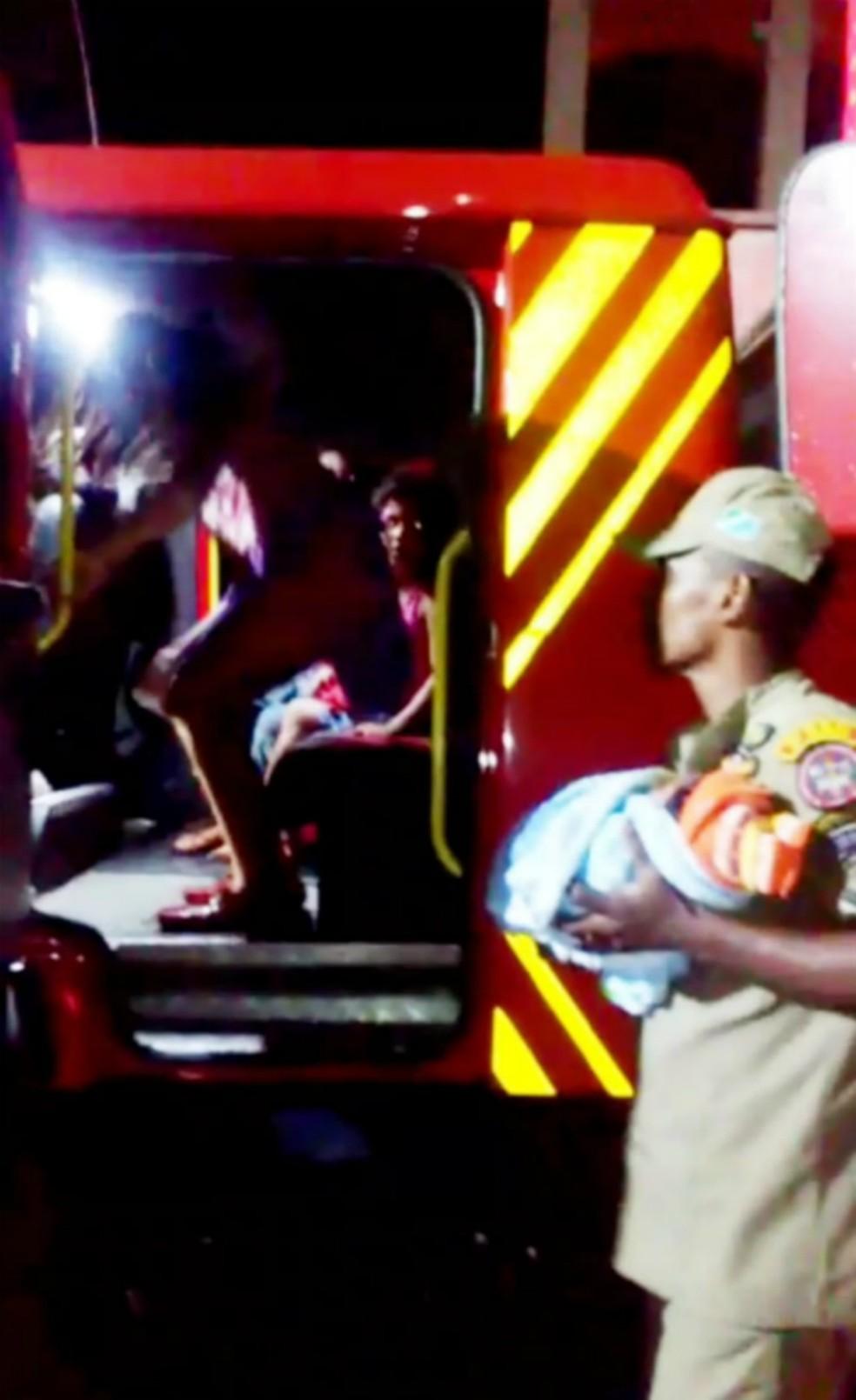 Bombeiro resgate mãe e bebê de área alagada pela tempestade desta quarta-feira à noite, em Corumbá (MS) — Foto: Corpo de Bombeiros/Divulgação