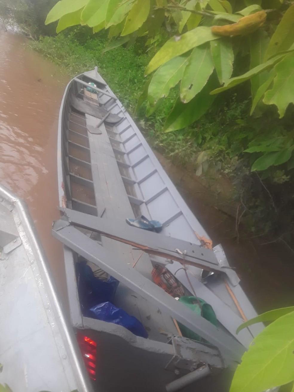 Canoa do pescador foi encontrada danificada — Foto: Divulgação