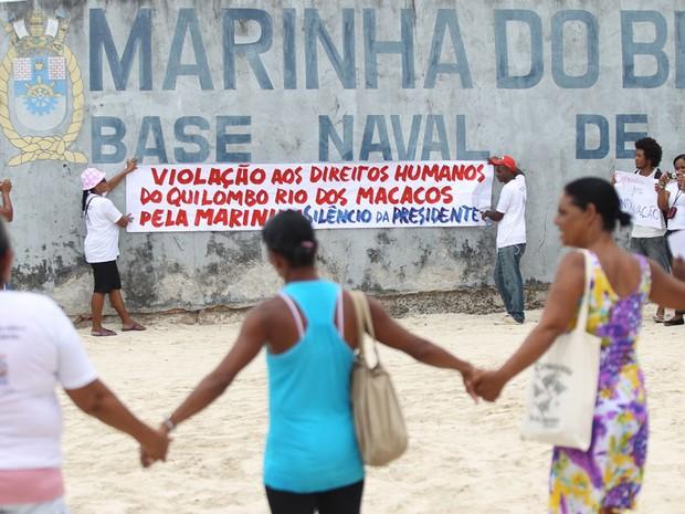 Manifestantes realizam protesto no Terminal Marítimo de São Tomé de Paripe, próximo a Base Naval de Aratu, onde a presidente Dilma Rousseff permanece hospedada em sua folga de fim de ano, em Salvador. (Foto: Ed Ferreira/Estadão Conteúdo)
