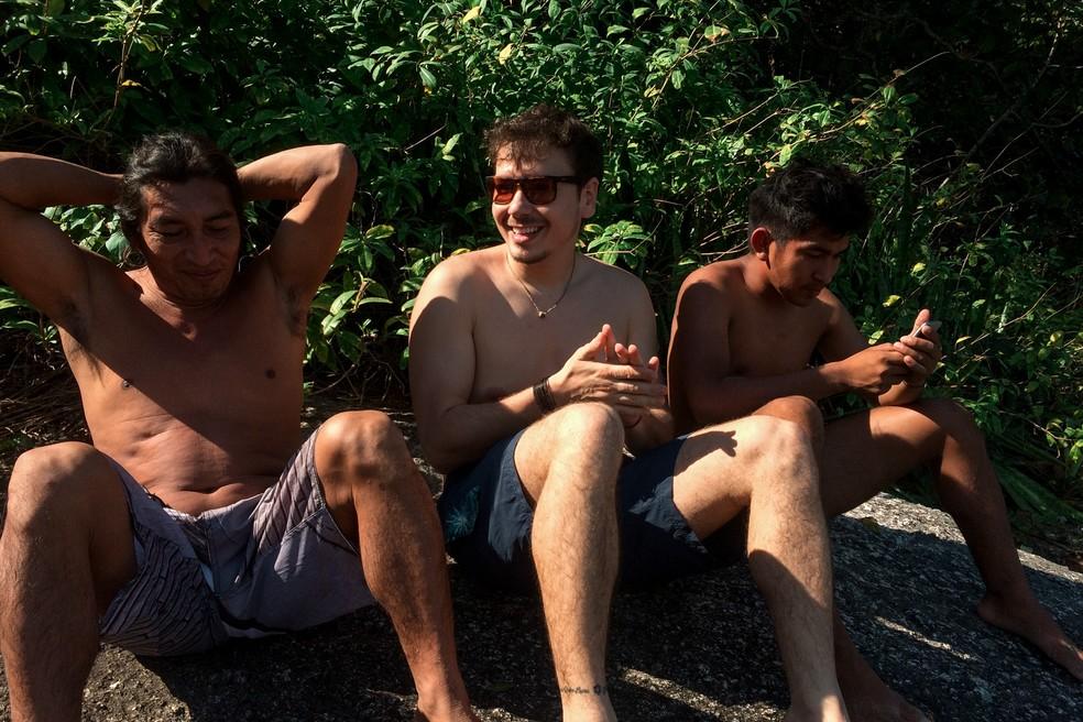 Os Myky com o antropólogo André Lopes, que há 10 anos frequenta sua aldeia (Foto: Paula Paiva Paulo/G1)