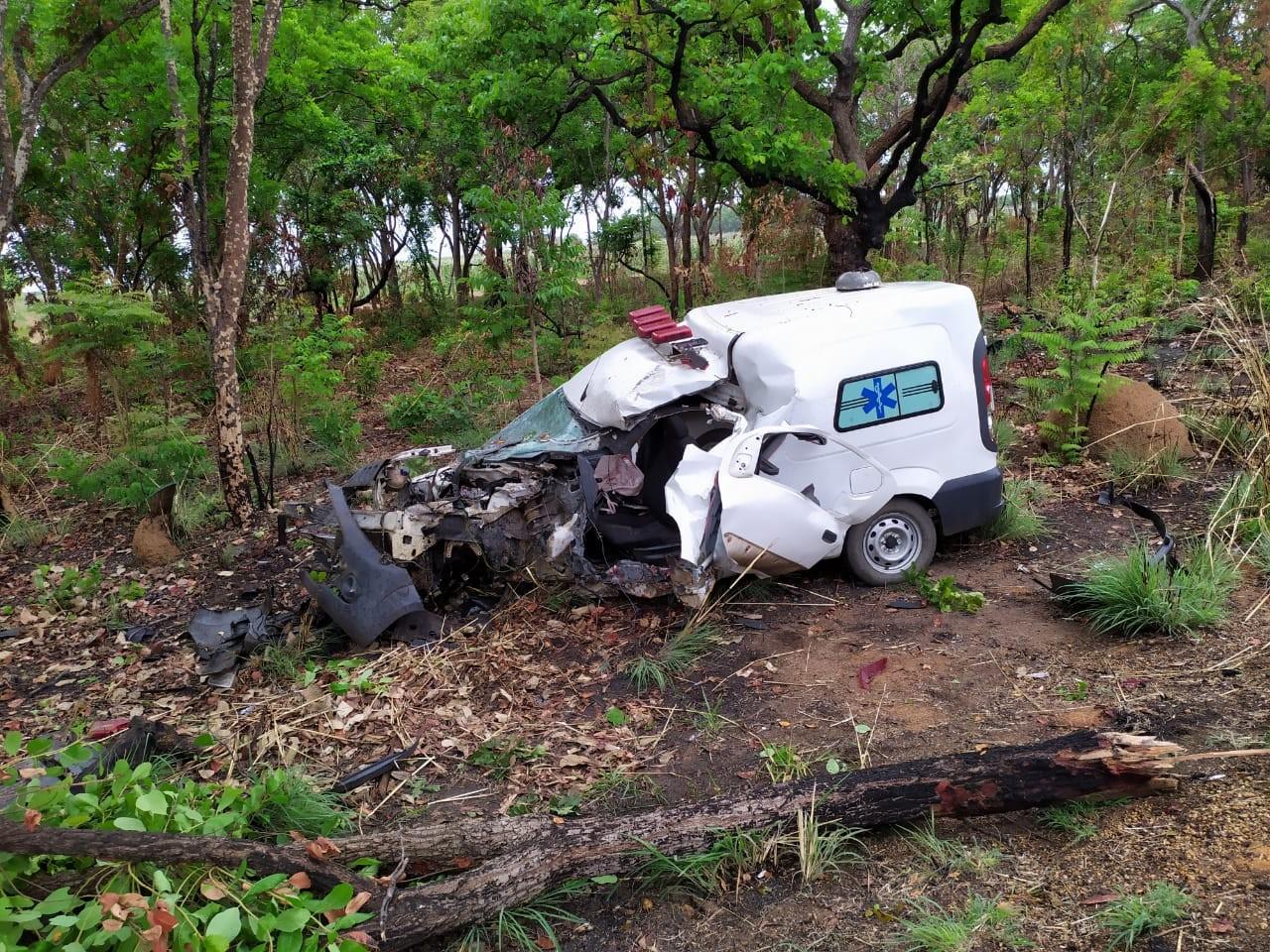 Motorista de ambulância fica ferido em acidente na BR-365, em Pirapora