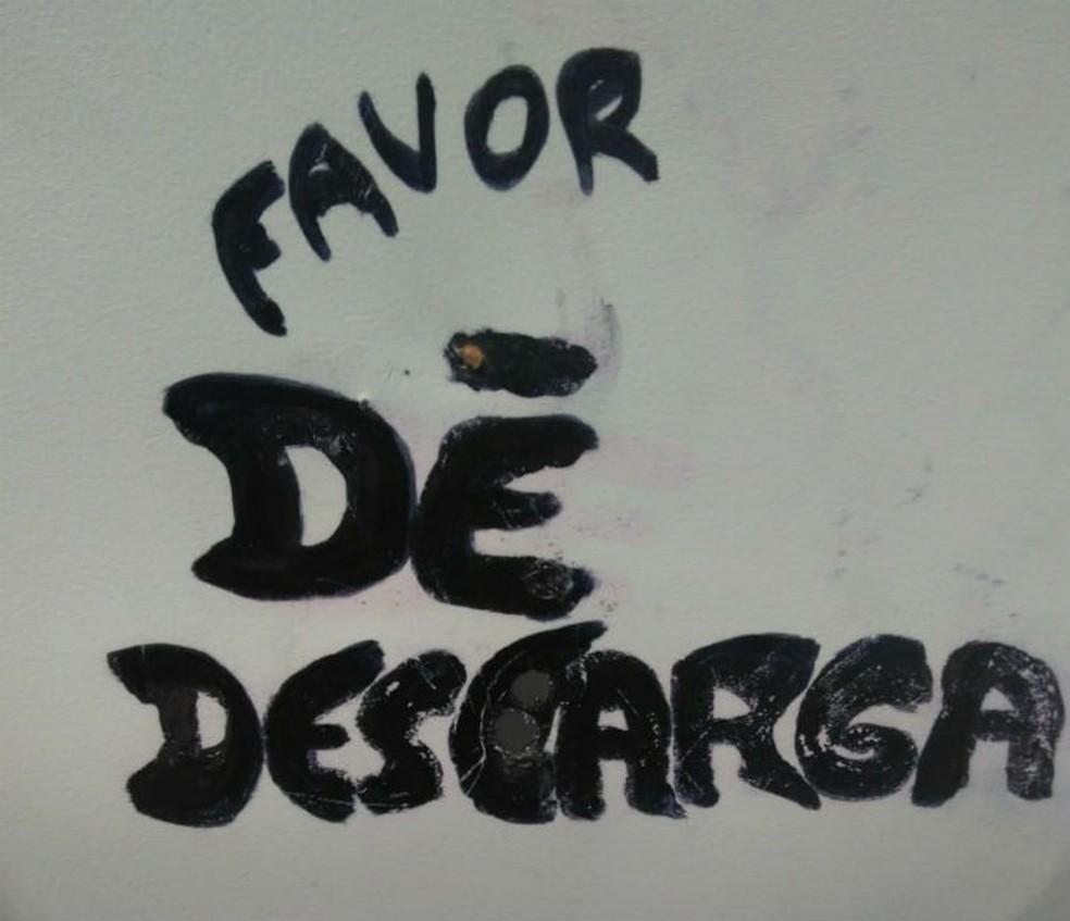 Câmera ficava posicionada em buraco feito sobre mensagem (Foto: Divulgação/Guarda Civil)