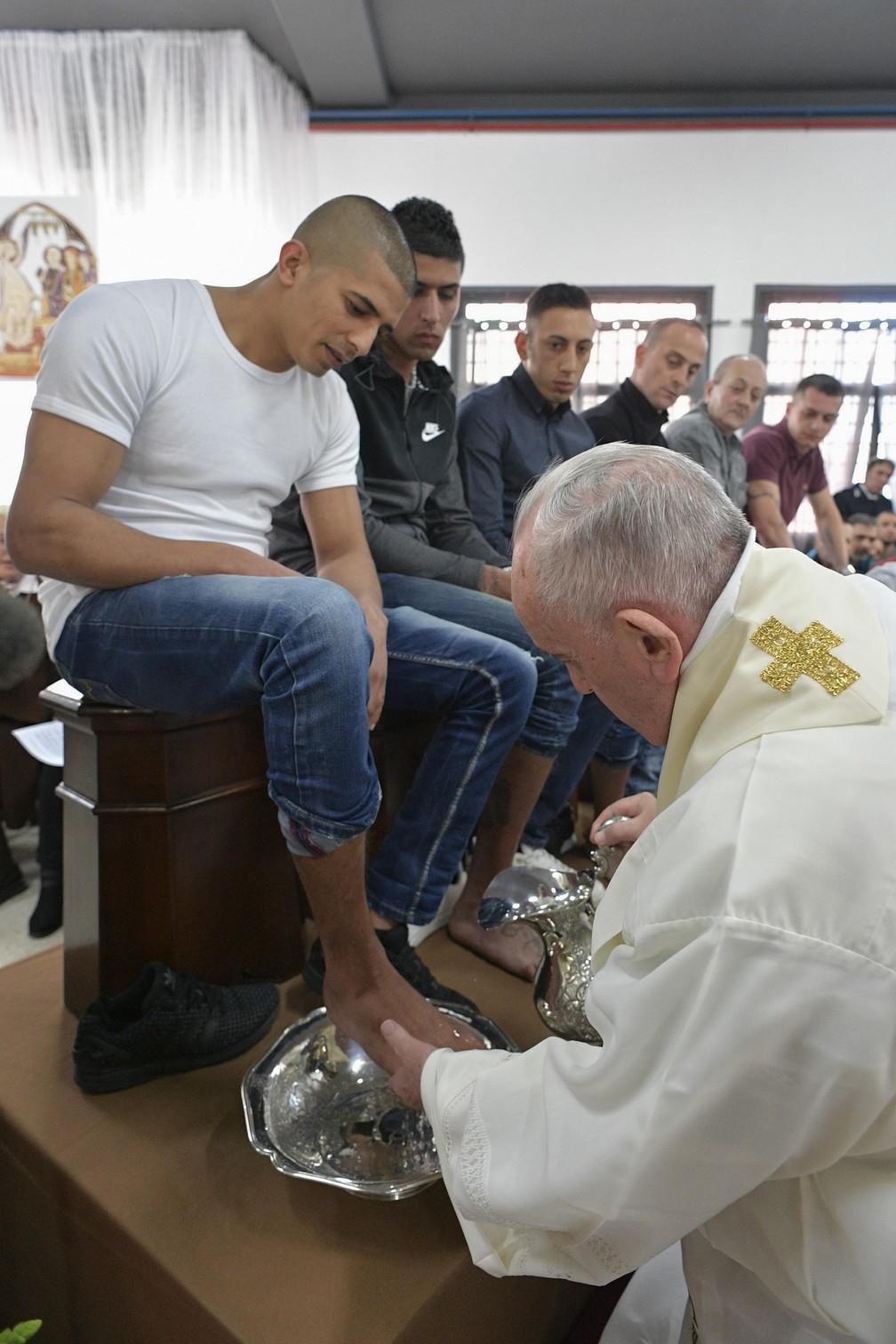 Papa Francisco lava os pés de um preso na prisão Velletri, em Roma, durante as celebrações da Quinta-feira Santa — Foto: Handout/Vatican Media/AFP