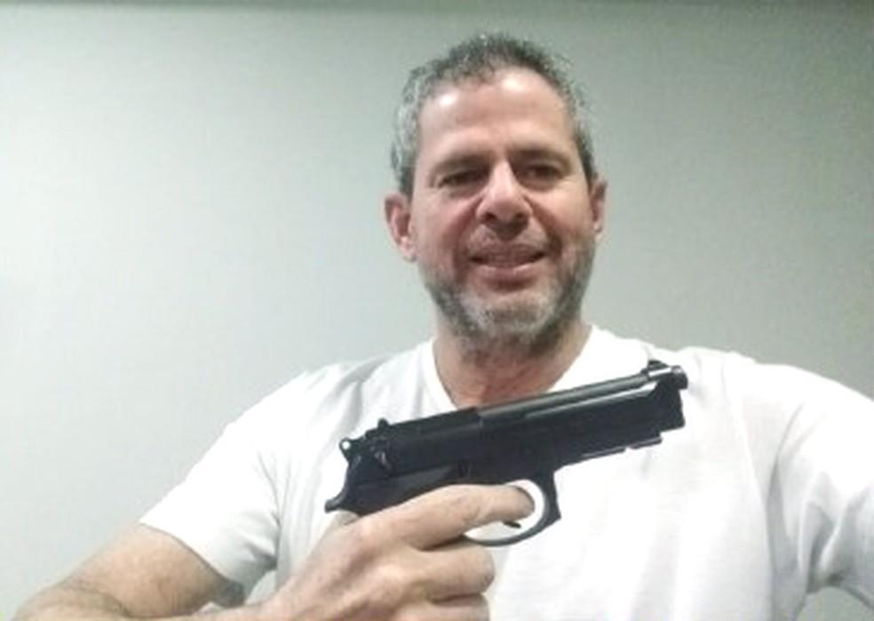 Messer fez uma selfie com uma pistola enquanto estava foragido — Foto: Reprodução