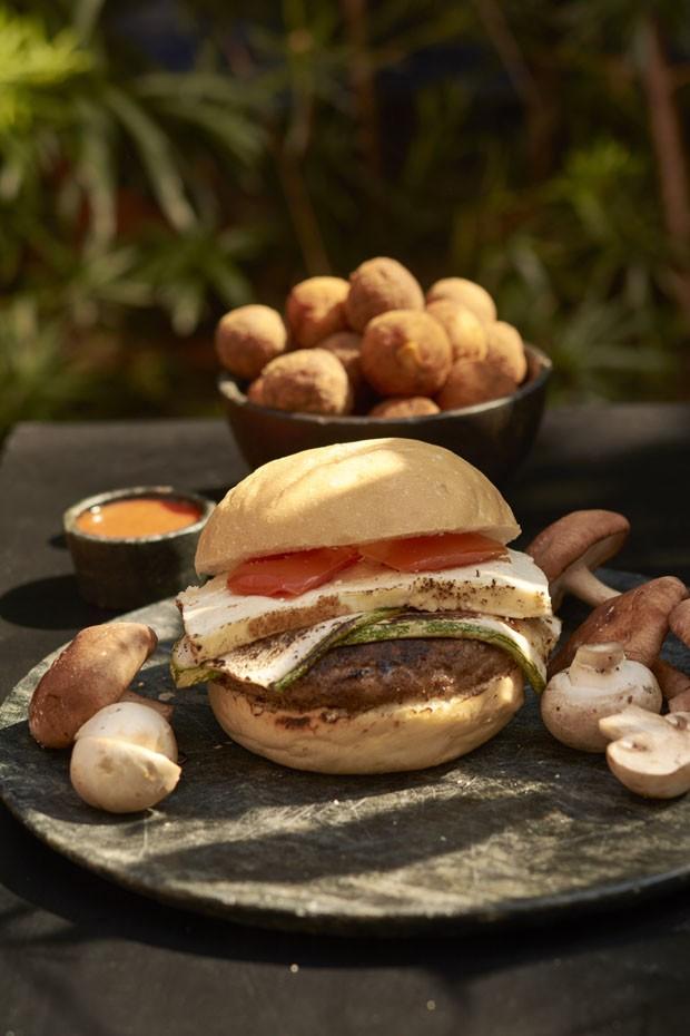 Para variar no hambúrguer: receita vegetariana leva beterraba e quinoa (Foto: Divulgação)