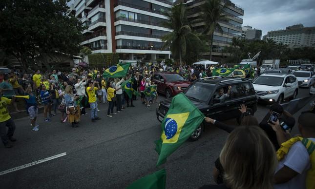 Apoiadores de Bolsonaro em frente ao prédio do candidato, na Barra da Tijuca