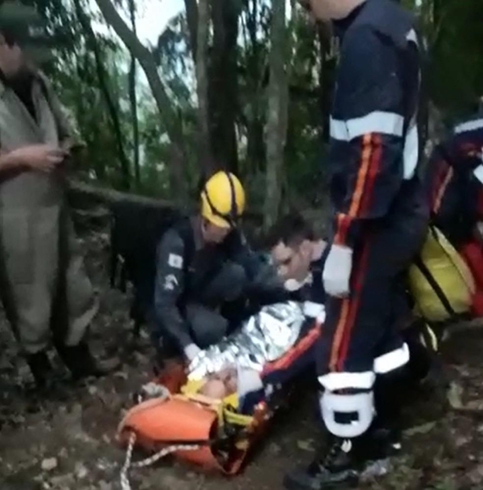 Técnico do IMA é resgatado após cair em buraco em Dom Viçoso (Foto: Francisco Adriano Pinto)