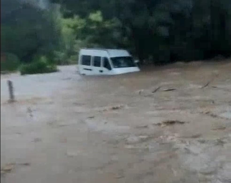 Van é arrastada pela chuva em São Luiz do Paraitinga  (Foto: Vanguarda Repórter)