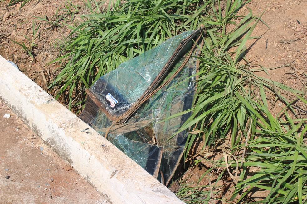 Pedaços do carro das vítimas ainda estão às margens da rodovia (Foto: Júnior Freitas/G1)