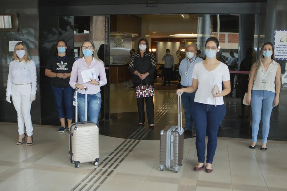 Profissionais de saúde do Hran chegando em hotel do DF — Foto: Wesley Zaremaré/Setur-DF