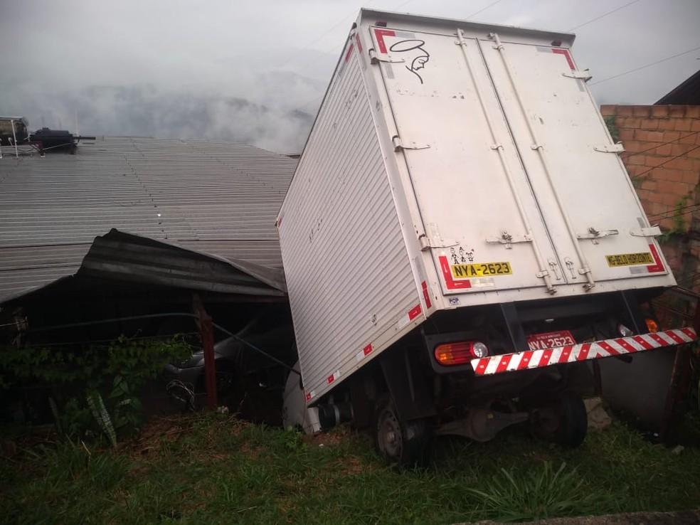 Caminhão cai em cima de casa, em Nova Lima, na Grande BH. — Foto: Corpo de Bombeiros / Divulgação