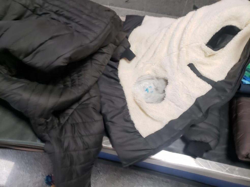 Idosa é presa no aeroporto de Salvador ao tentar embarcar com cocaína escondida em forro de casaco  — Foto: Divulgação/Polícia Federal