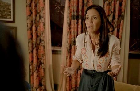 No sábado (25), Thelma (Adriana Esteves) decidirá ir para Portugal com Gabo (Felipe Duarte) Reprodução
