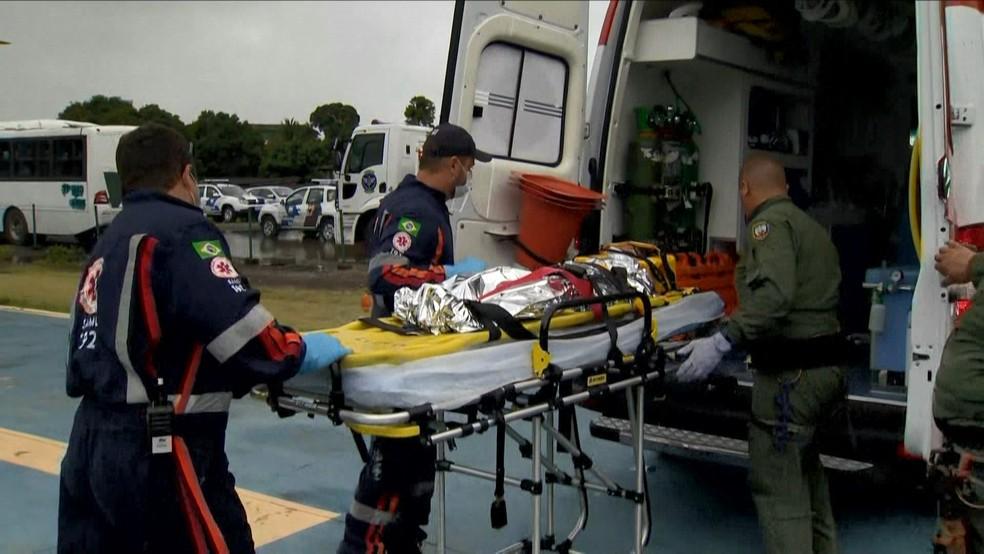 Criança foi socorrida após deslizamento em Santa Leopoldina, no Espírito Santo — Foto: Reprodução/ TV Gazeta
