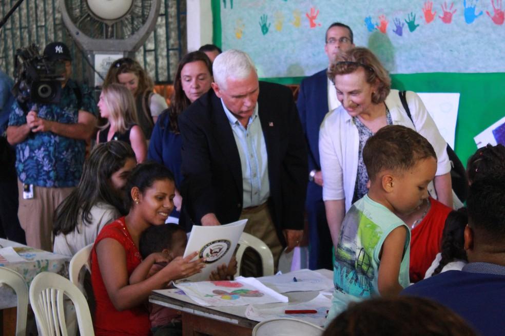 Mike Pence conversa com venezuelanos em Manaus (Foto: Camila Henriques/G1 AM)