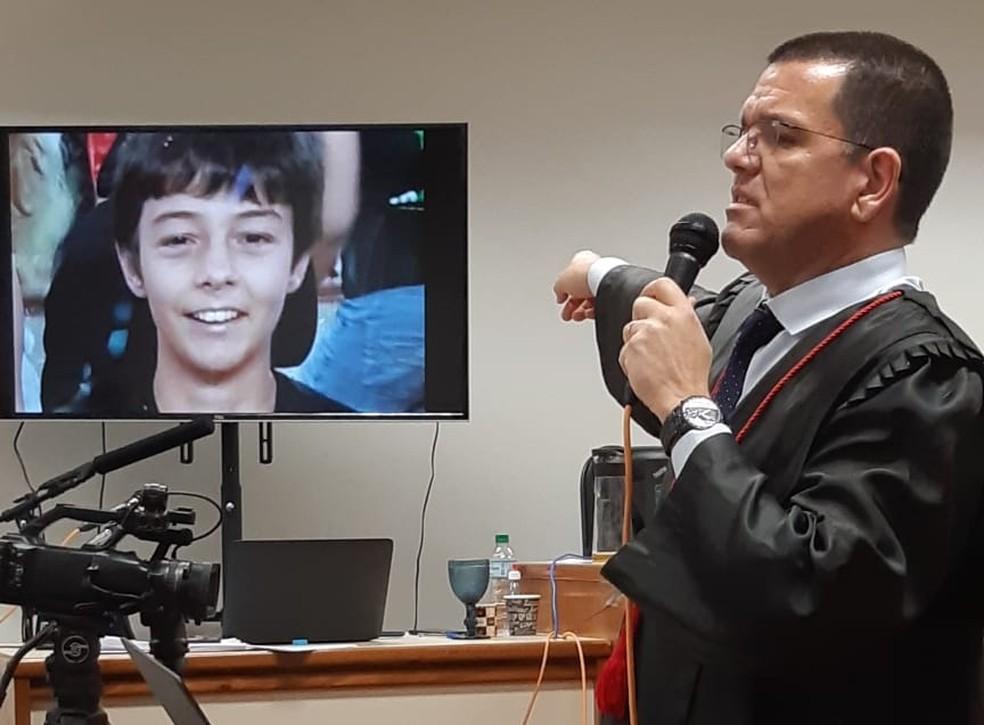Promotor Ederson Vieira aponta para foto de Bernardo durante explanação — Foto: Marcio Daudt/TJ-RS