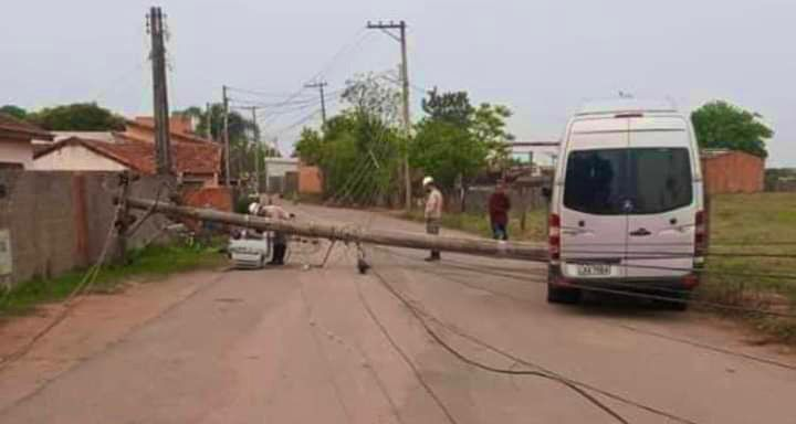 Motorista de van perde controle e bate em poste de energia em Guareí