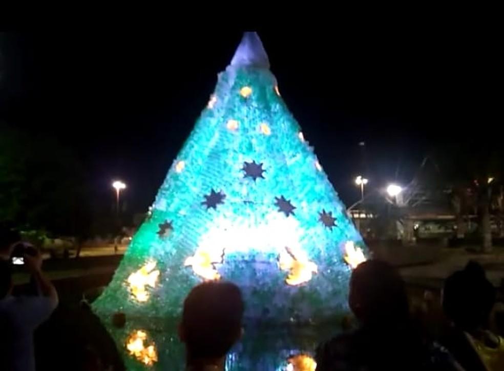 Árvore de Natal Sustentável é admirada por visitantes e moradores de Oriximiná — Foto: Semma Oriximiná/Divulgação