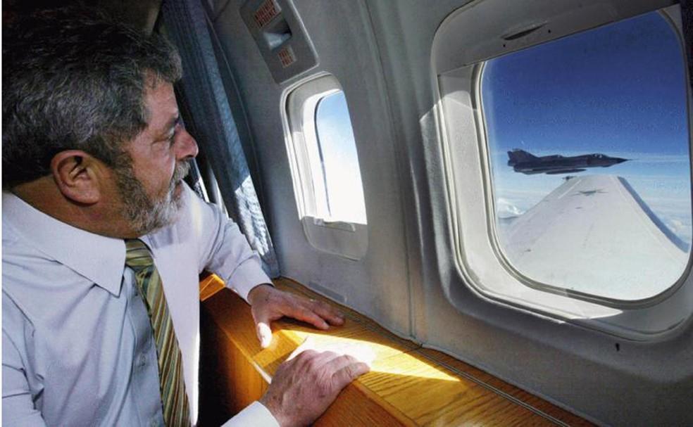 Ex-presidente Luiz Inácio Lula da Silva observa Mirage da FAB em demonstração de interceptação no ar, em imagem de arquivo — Foto: Ricardo Stuckert/Presidência da República