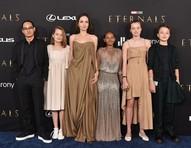 Filha de Angelina rouba a cena em première com Elie Saab que brilhou no Oscar