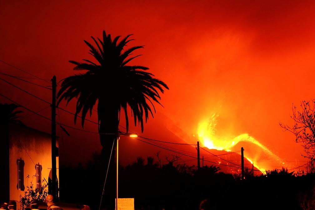Lava derretida tão grandes quanto prédios de três andares escorreram pela encosta na ilha espanhola de La Palma neste domingo (10) — Foto: AP Photo/Daniel Roca