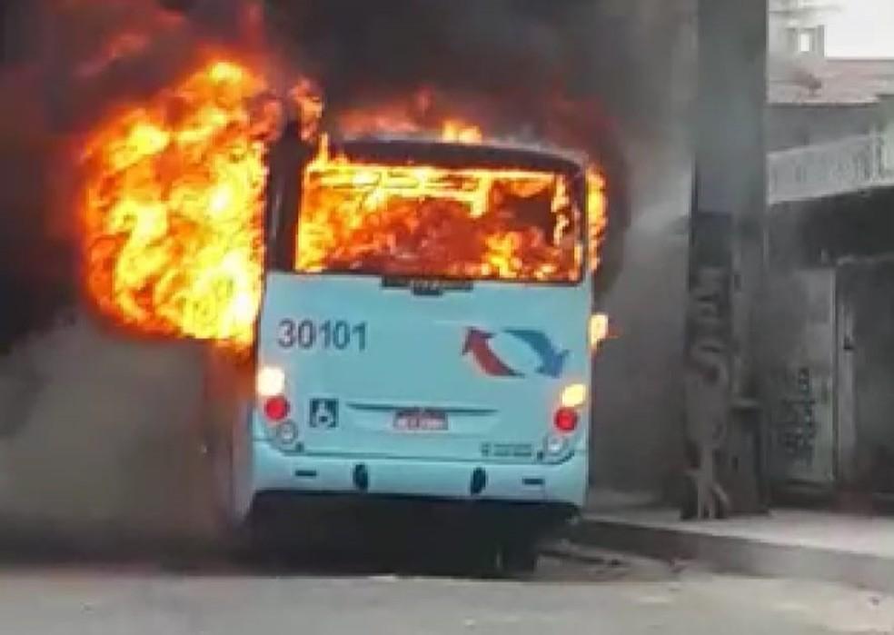 Ônibus fioram incendiados em Fortaleza durante esta sexta-feira,  (Foto: Reprodução)