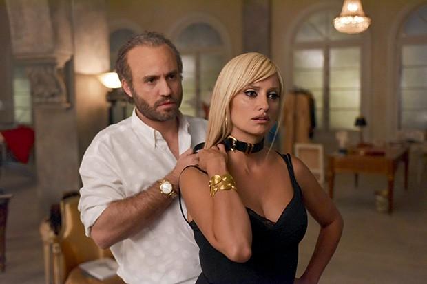Moda e fetiche - Edgar Ramirez e Penélope Cruz em cena de The Assassination of Gianni Versace (Foto:  FX/ Everett Collection/AGB Photo Library)