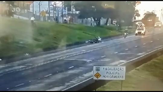 Moto pega fogo após atropelar pedestre em rodovia; VÍDEO